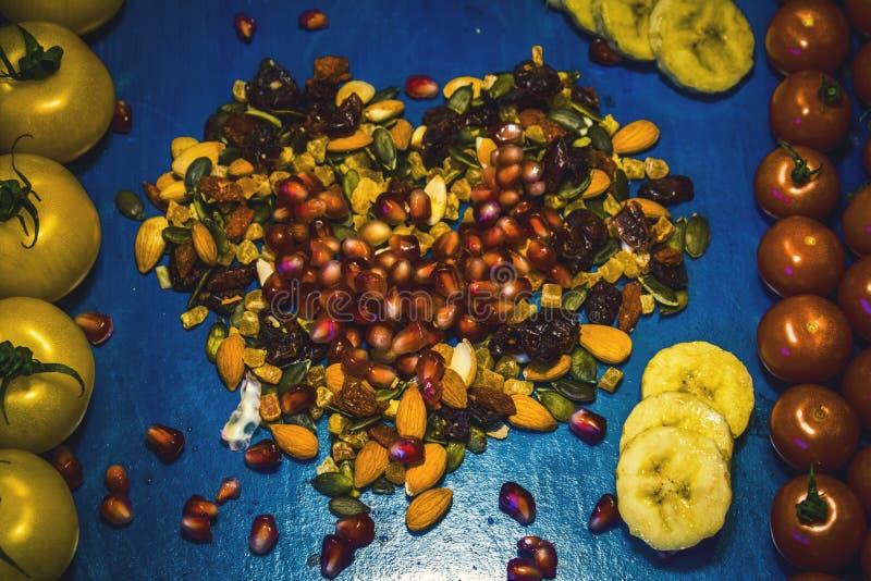 Φρούτα και λαχανικά στην μπλε έννοια διατροφής τροφίμων και χοληστερόλης υποβάθρου υγιή Καθαρή κατανάλωση, που κάνει δίαιτα, deto στοκ φωτογραφία με δικαίωμα ελεύθερης χρήσης