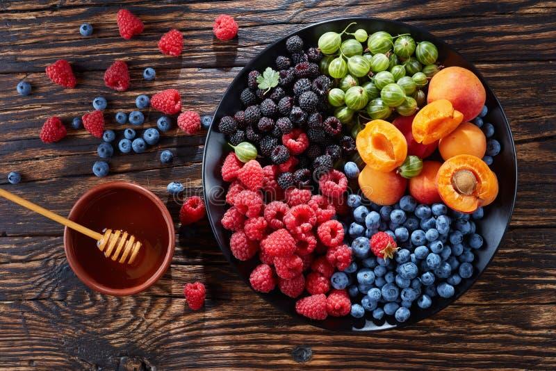 Φρούτα και πιατέλα μούρων, τοπ άποψη στοκ εικόνες