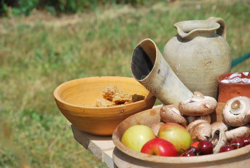 Φρούτα και veg με την κανάτα αργίλου στοκ φωτογραφία με δικαίωμα ελεύθερης χρήσης
