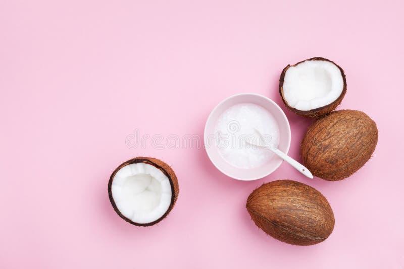 Φρούτα καρύδων με το πετρέλαιο καρύδων στη ρόδινη άποψη επιτραπέζιων κορυφών κρητιδογραφιών Ομορφιά και οργανικό καλλυντικό SPA ε στοκ εικόνα με δικαίωμα ελεύθερης χρήσης