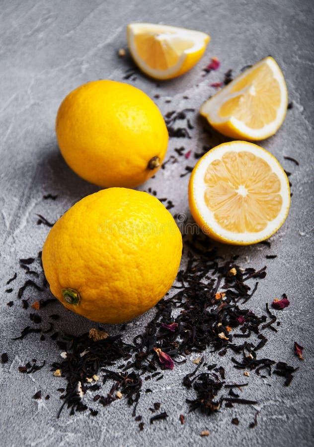 Φρούτα λεμονιών και ξηρό μαύρο τσάι στοκ εικόνα με δικαίωμα ελεύθερης χρήσης