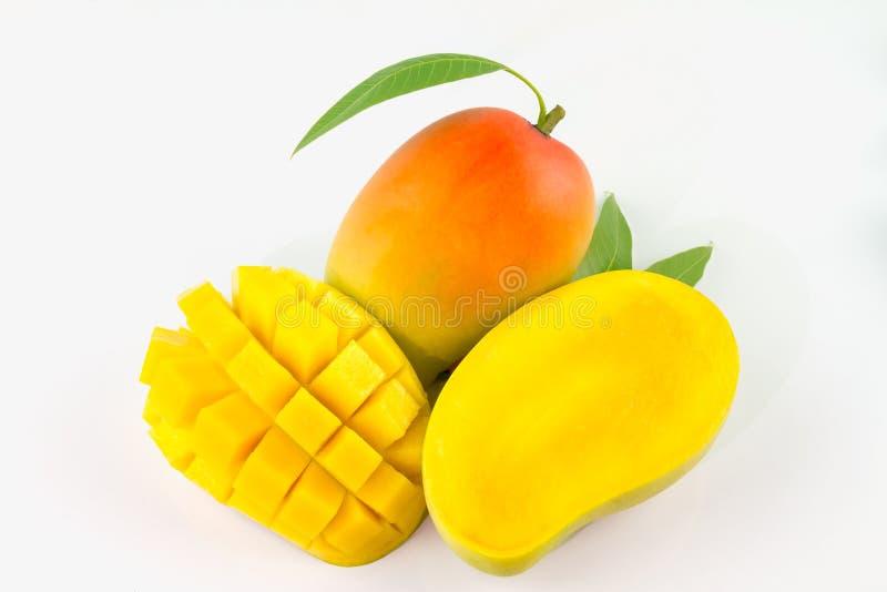 Φρούτα μάγκο με τους κύβους και τις φέτες μάγκο η ανασκόπηση απομόνωσε το λευκό στοκ εικόνα με δικαίωμα ελεύθερης χρήσης