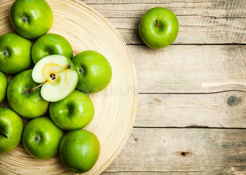 Φρούτα μήλα σε ένα κύπελλο στο ξύλινο υπόβαθρο στοκ εικόνες με δικαίωμα ελεύθερης χρήσης