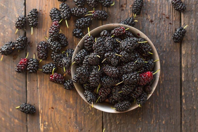 Φρούτα μουριών στο κύπελλο Μουριά κατασκευασμένη Τοπ όψη στοκ εικόνες με δικαίωμα ελεύθερης χρήσης