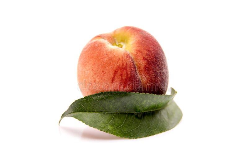 φρούτα ροδάκινων με το πράσινο φύλλο που απομονώνεται στο άσπρο υπόβαθρο στοκ φωτογραφίες με δικαίωμα ελεύθερης χρήσης