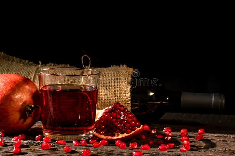 Φρούτα ροδιών, κρασί στο γυαλί και μπουκάλι κρασιού στοκ φωτογραφία με δικαίωμα ελεύθερης χρήσης