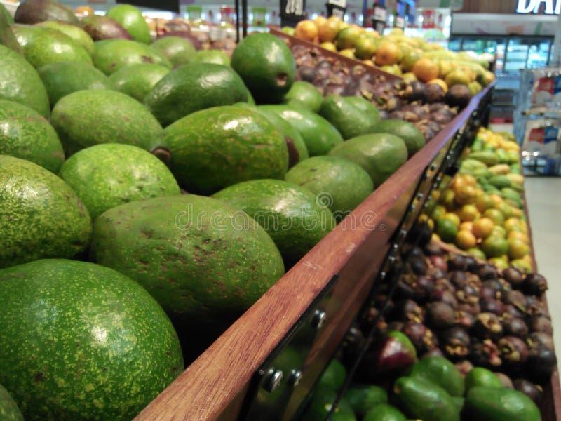 Φρούτα στις υπεραγορές με τα φωτεινά χρώματα και καθαρός από σάπιο στοκ εικόνες