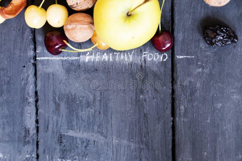 Φρούτα στον αγροτικό πίνακα και τα υγιή τρόφιμα επιγραφής στοκ φωτογραφίες με δικαίωμα ελεύθερης χρήσης