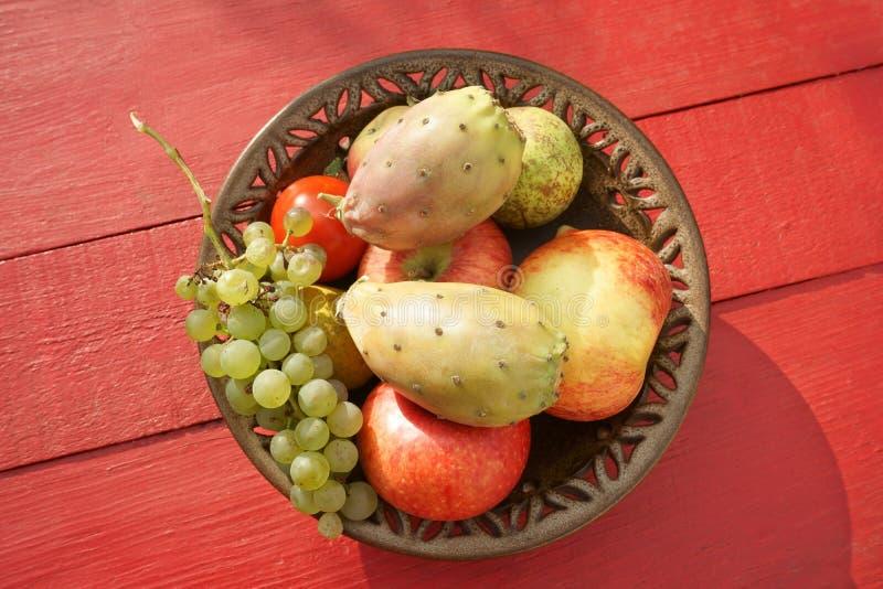 Φρούτα στο πιάτο κόκκινο Tabletop μήλων φρούτων επιτραπέζιων κάκτων στοκ φωτογραφία με δικαίωμα ελεύθερης χρήσης