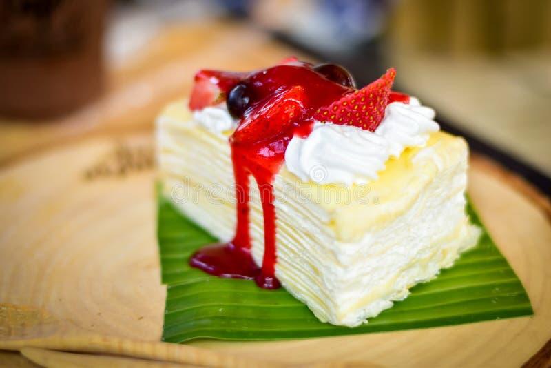 Φρούτα φραουλών και σταφυλιών φρεσκάδας και κέικ υφάσματος κρεπ στοκ φωτογραφία με δικαίωμα ελεύθερης χρήσης