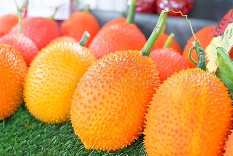 Φρούτα Gac, μωρό Jackfruit, ακανθωτή πικρή κολοκύθα στο ξύλινο κλουβί Οι καρποί Gac της Ταϊλάνδης έχουν τις ιδιότητες ιατρικής στοκ φωτογραφίες