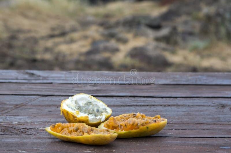 Φρούτα maracuja μπανανών και maracuja λεμονιών στον ξύλινο πίνακα, διχοτομημένος έτοιμος να φάει, πολτός φρούτων με τους σπόρους στοκ εικόνες