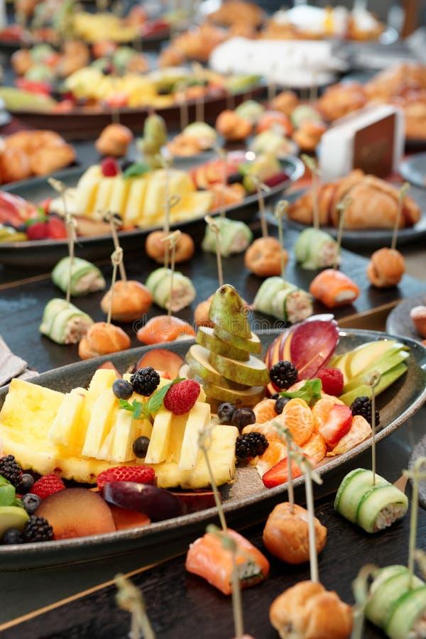 Φρούτα, patty κέικ και μικρά πρόχειρα φαγητά στοκ εικόνα