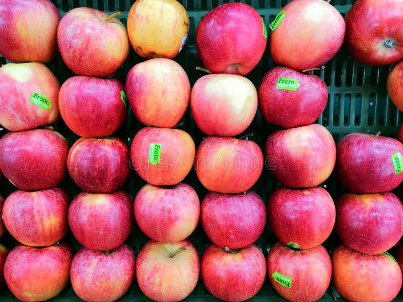 Φρούτων μήλων πράσινη κόκκινη καλαθιών υγείας φρέσκια αγορά καταστημάτων λεωφόρων φύσης φυσική πεινασμένη στοκ εικόνες με δικαίωμα ελεύθερης χρήσης