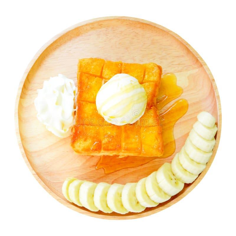 Φρυγανιά μελιού με την μπανάνα στο ξύλινο πιάτο r Πουτίγκα ψωμιού φρυγανιάς με το παγωτό βανίλιας και την κτυπημένη κρέμα που απο στοκ εικόνες