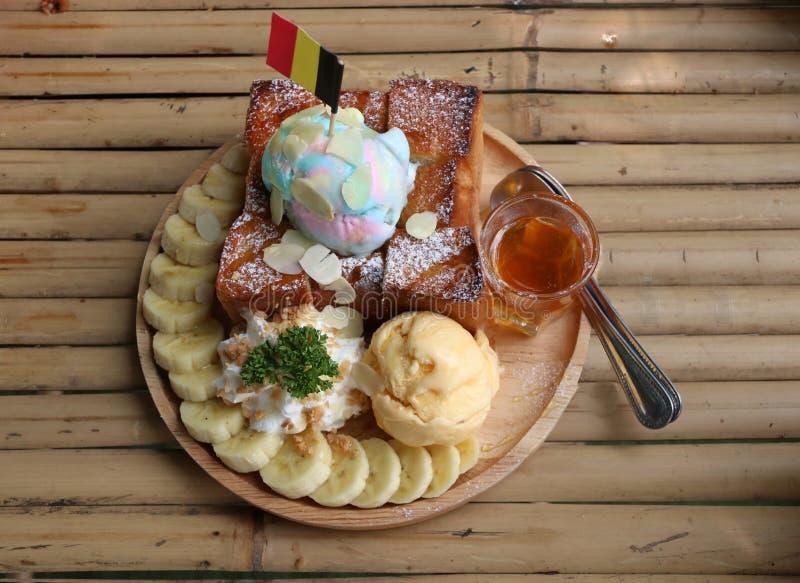 Φρυγανιά μελιού μπανανών με το παγωτό στο ξύλινο πιάτο στο BAM στοκ εικόνες