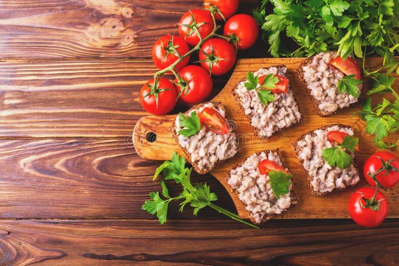 Φρυγανιά με τη kosher κόλλα Forshmak, ντομάτες μαϊντανού και κερασιών στοκ εικόνες