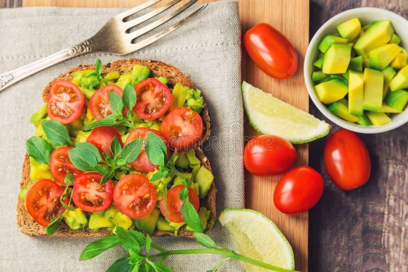 Φρυγανιά με το αβοκάντο, τις ντομάτες και το βασιλικό στοκ φωτογραφίες με δικαίωμα ελεύθερης χρήσης