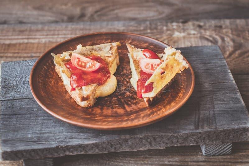 Φρυγανιά τυριών περικοπών στο πιάτο στοκ φωτογραφία με δικαίωμα ελεύθερης χρήσης
