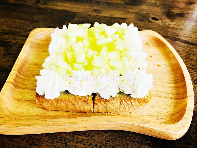 Φρυγανιά φρούτων πεπονιών στο ξύλινο πιάτο στοκ εικόνες με δικαίωμα ελεύθερης χρήσης