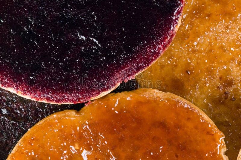 Φρυγανιές με τη μαρμελάδα φρούτων στοκ εικόνα