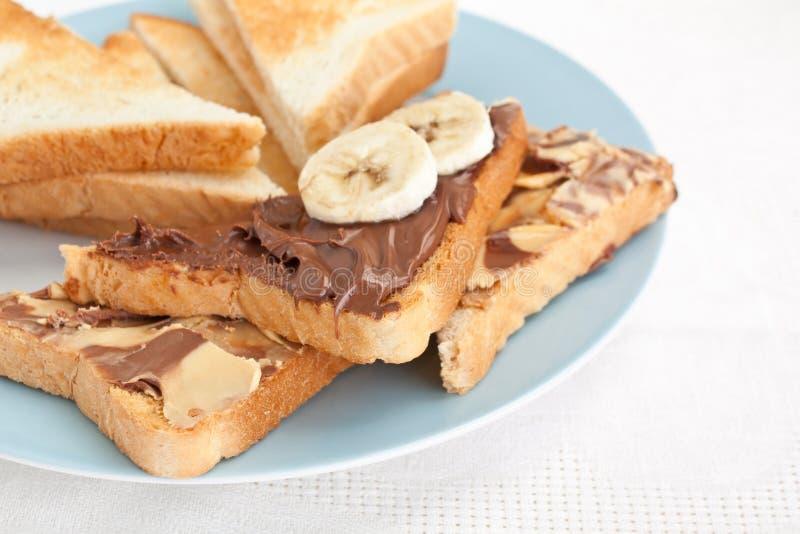 Φρυγανιές με τη σοκολάτα που διαδίδεται με την ακατέργαστη μπανάνα στοκ φωτογραφία με δικαίωμα ελεύθερης χρήσης