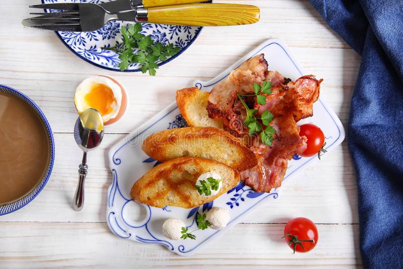 Φρυγανιές με το ζαμπόν, το μαϊντανό και τις ντομάτες στοκ εικόνα
