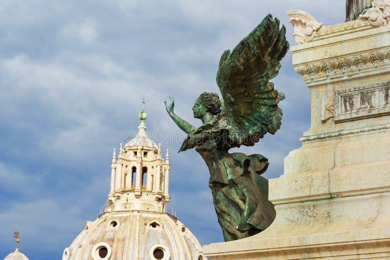 Φτερωτό άγαλμα χαλκού νίκης σε Vittorio Emanuele ΙΙ μνημείο ή Vittoriano Ρώμη Ιταλία στοκ εικόνα με δικαίωμα ελεύθερης χρήσης