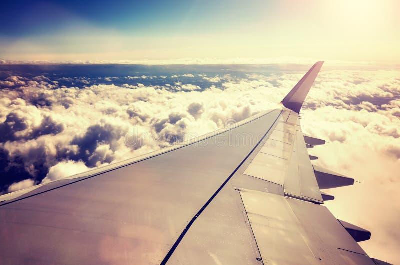Φτερό αεροπλάνων επάνω από τα σύννεφα στο ηλιοβασίλεμα στοκ εικόνες με δικαίωμα ελεύθερης χρήσης