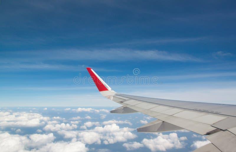 Φτερό ενός αεροπλάνου που πετά επάνω από τα σύννεφα στοκ εικόνα με δικαίωμα ελεύθερης χρήσης