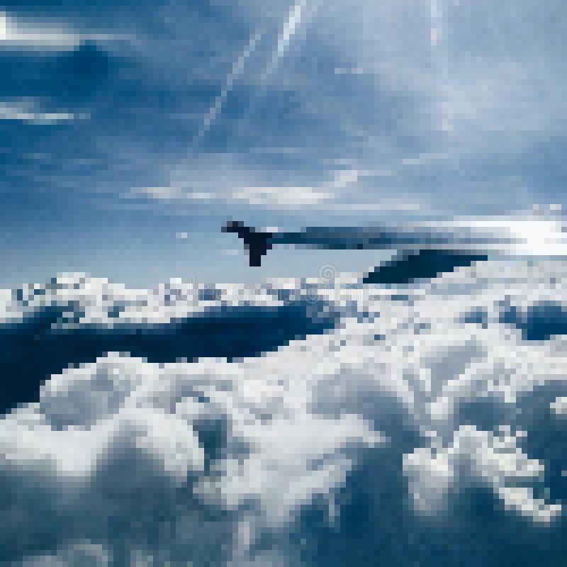 Φτερό του αεροπλάνου στον ουρανό μεταξύ των σύννεφων ελεύθερη απεικόνιση δικαιώματος