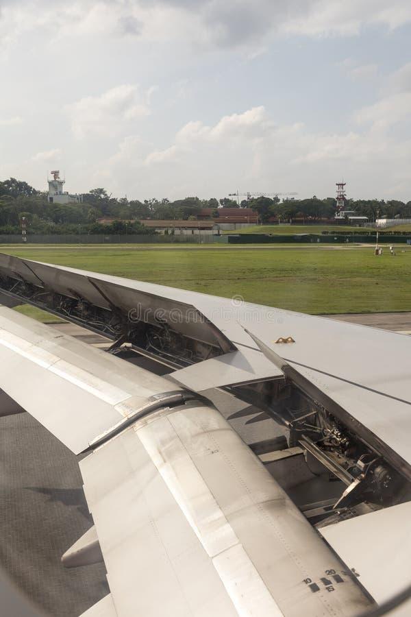 Φτερό Airplaine κατά τη διάρκεια της προσγείωσης στοκ εικόνες