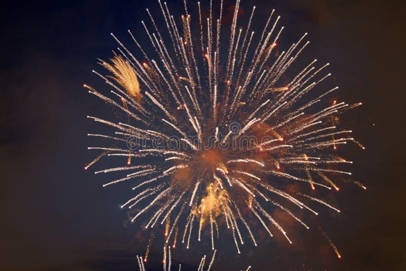 Φτηνά όμορφα φωτεινά πυροτεχνήματα, χρυσό χρώμα, με την ελαφριά ομίχλη, στο νυχτερινό ουρανό, σύσταση υποβάθρου στοκ φωτογραφία με δικαίωμα ελεύθερης χρήσης