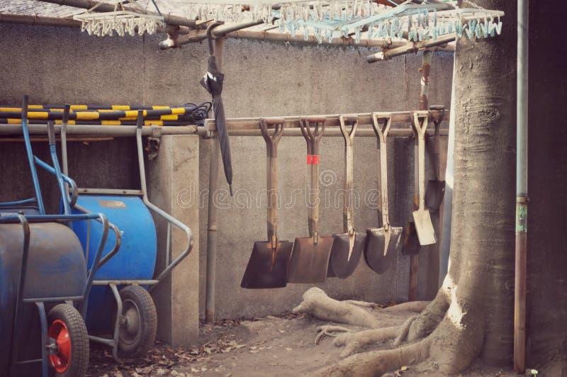 Φτυάρια, wheelbarrows και διάφορα εργαλεία που εφοδιάζονται στοκ εικόνα με δικαίωμα ελεύθερης χρήσης