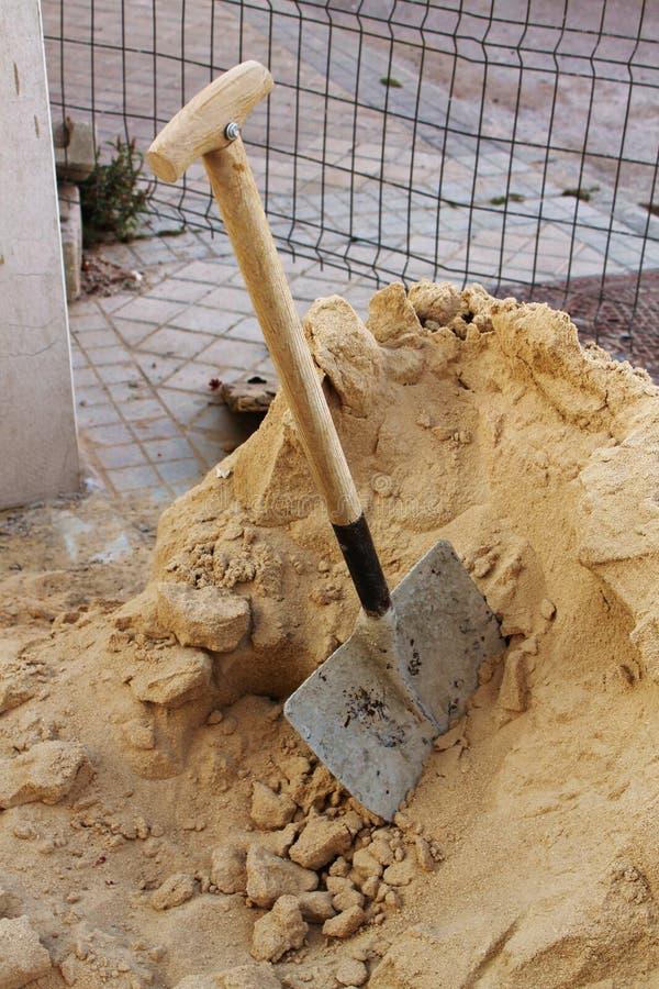 Φτυάρι και άμμος στοκ φωτογραφίες