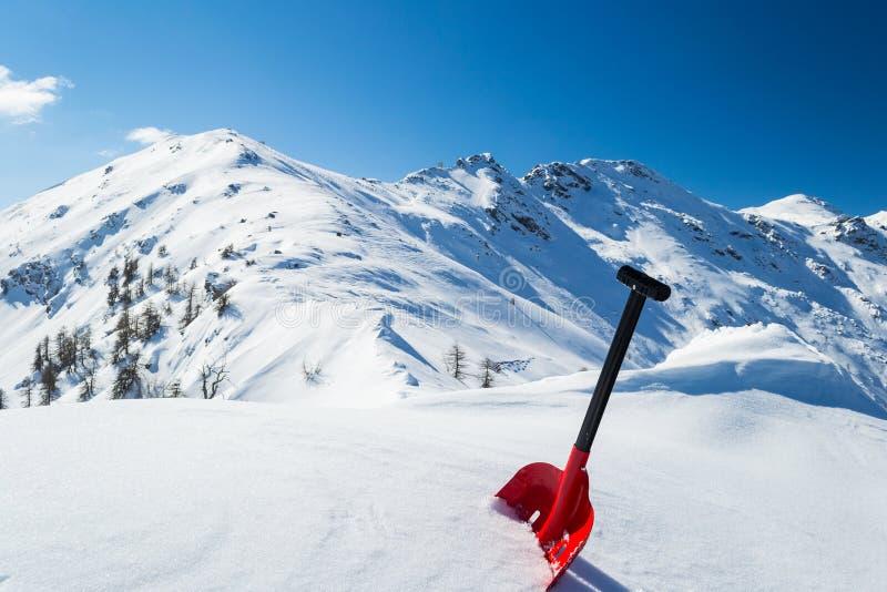 Φτυάρι χιονοστιβάδων στο χιόνι στοκ εικόνα