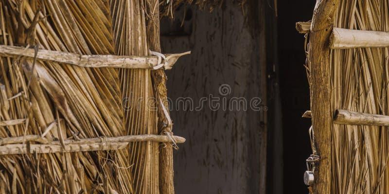 Φτωχά ινδικά του χωριού σπίτια, πόρτα καλυβών κινηματογραφήσεων σε πρώτο πλάνο στοκ φωτογραφίες με δικαίωμα ελεύθερης χρήσης