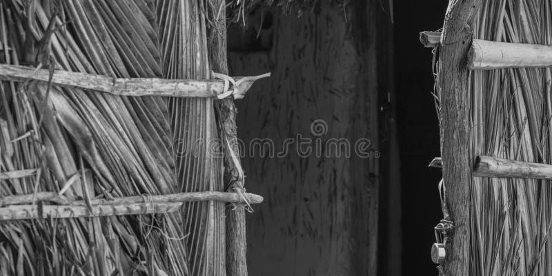 Φτωχά ινδικά του χωριού σπίτια, πόρτα καλυβών κινηματογραφήσεων σε πρώτο πλάνο, γραπτή στοκ εικόνες