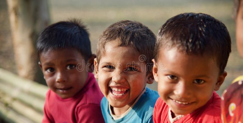 Φτωχά παιδιά που χαμογελούν μαζί να καθίσει σε ισχύ στοκ φωτογραφία με δικαίωμα ελεύθερης χρήσης