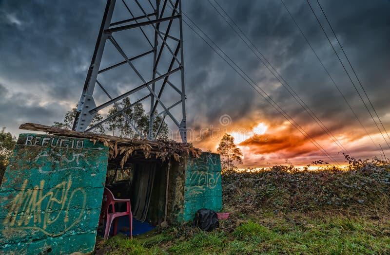 Φτωχή κατοικία, ένα καταφύγιο κάτω από έναν ηλεκτρικό πύργο στοκ φωτογραφίες με δικαίωμα ελεύθερης χρήσης