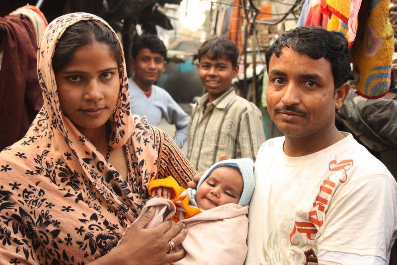 φτωχή τρώγλη της οικογενειακής Ινδίας κινηματογραφήσεων σε πρώτο πλάνο αστική στοκ εικόνα με δικαίωμα ελεύθερης χρήσης