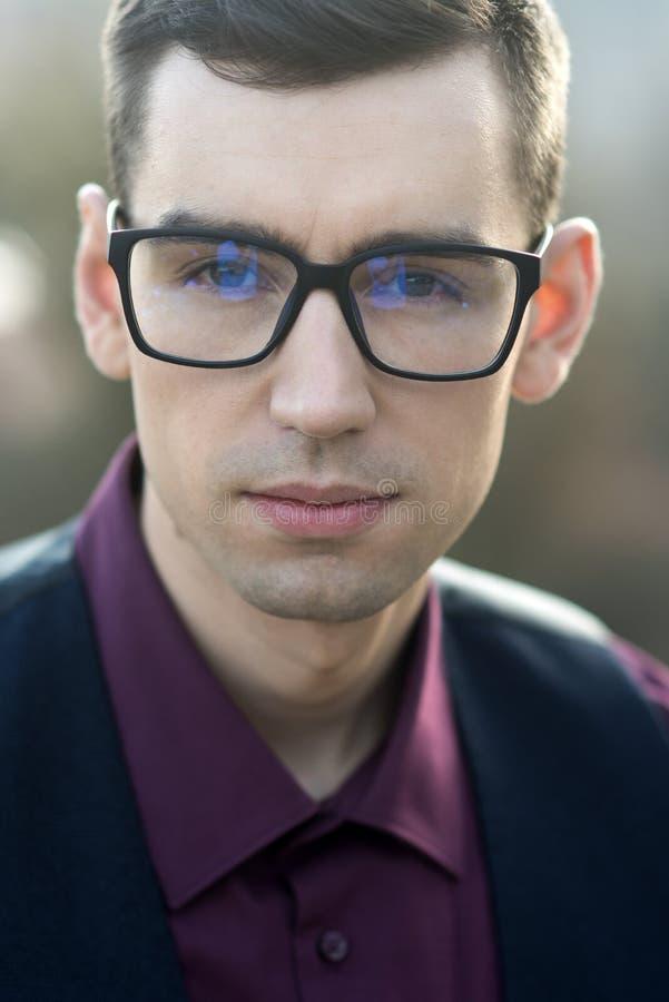φτωχή υγειονομική περίθαλψη όρασης και ματιών Καλλωπισμός επιχειρηματιών στο κατάστημα οπτικής έξυπνη μόδα Άτομο στα γυαλιά αντια στοκ εικόνες