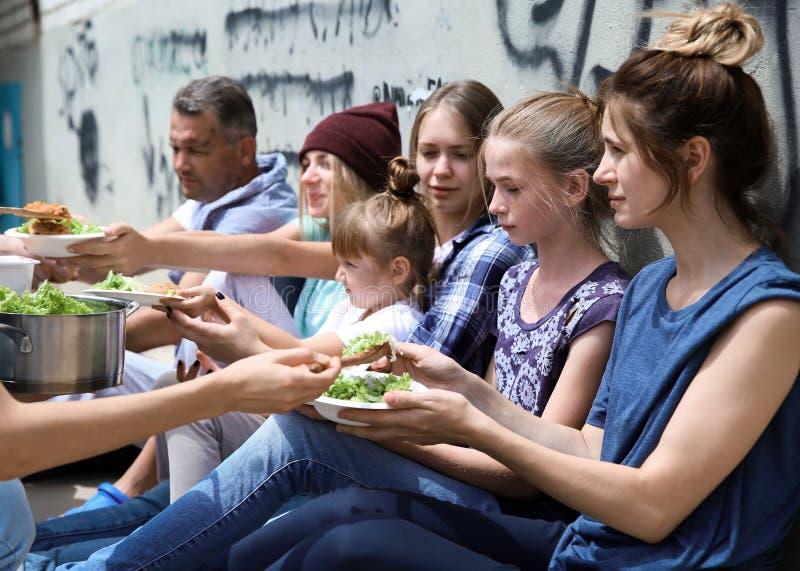 Φτωχοί άνθρωποι που λαμβάνουν τα τρόφιμα από τον εθελοντή στοκ φωτογραφία με δικαίωμα ελεύθερης χρήσης
