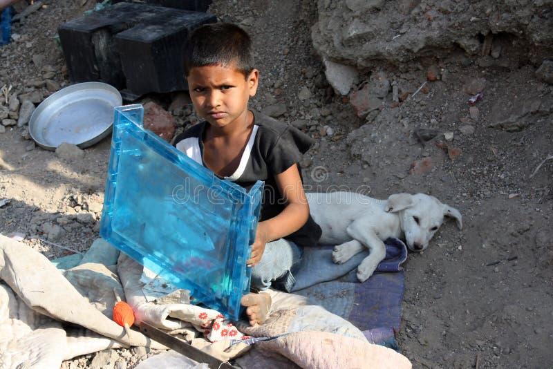 φτωχοί σκυλιών αγοριών στοκ φωτογραφίες με δικαίωμα ελεύθερης χρήσης