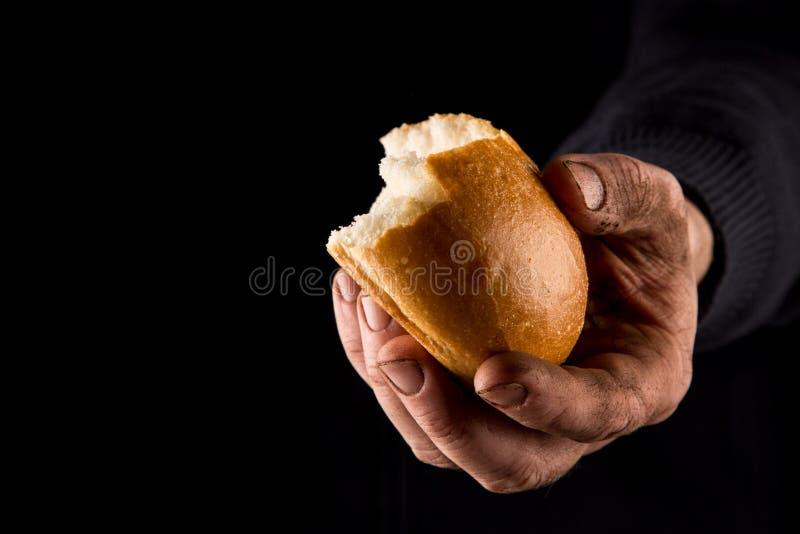 Φτωχός άνθρωπος που μοιράζεται το ψωμί, έννοια χεριών βοηθείας Χρώμα στοκ εικόνες