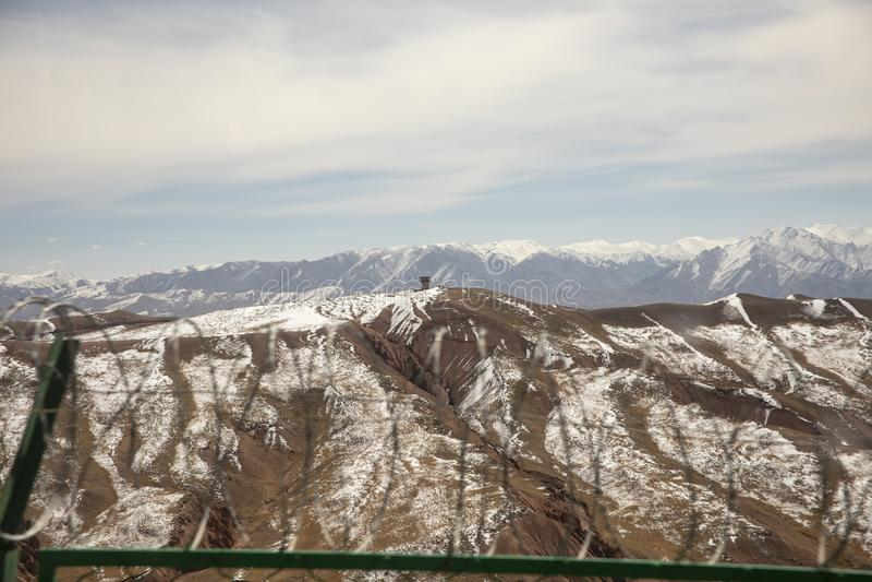 Φυλάκιο φρουράς ασφάλειας στα βουνά της Τιέν Σαν στοκ εικόνες