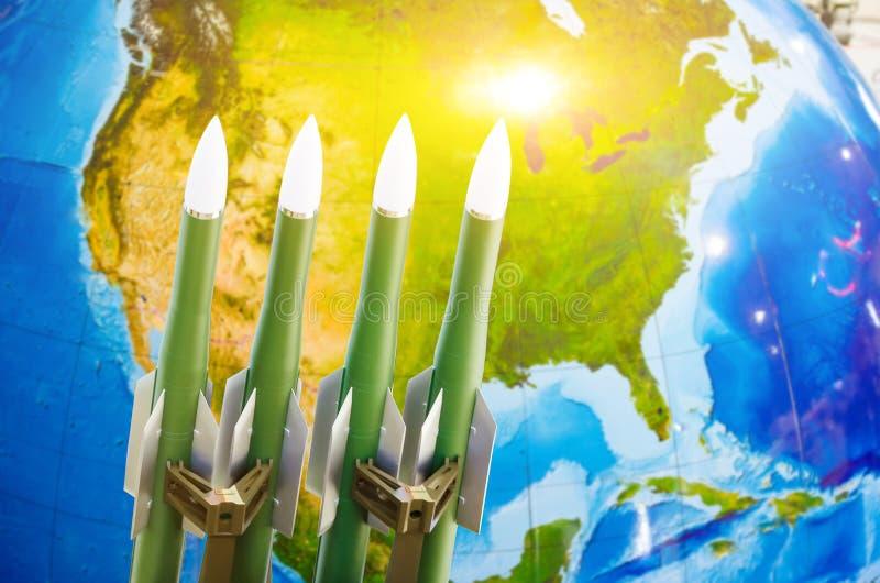 Φυλή των όπλων, πυρηνικά όπλα, η απειλή του πολέμου στον κόσμο Πύραυλοι στο υπόβαθρο της Βόρειας Αμερικής στοκ εικόνες