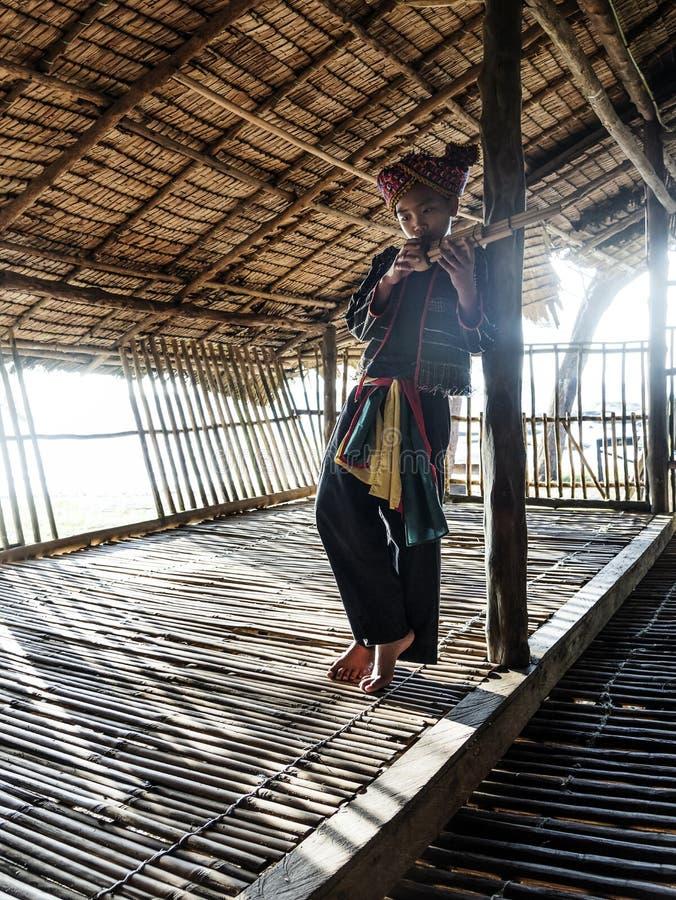 Φυλετικό αγόρι Rangus στο παραδοσιακό κοστούμι του που παίζει Sompoton που αποτελείται από τους σωλήνες μπαμπού, Kudat Μαλαισία στοκ φωτογραφίες με δικαίωμα ελεύθερης χρήσης
