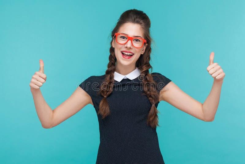φυλλομετρεί επάνω Επιτυχές οδοντωτό χαμόγελο γυναικών και παρουσίαση όπως το σημάδι α στοκ φωτογραφία με δικαίωμα ελεύθερης χρήσης