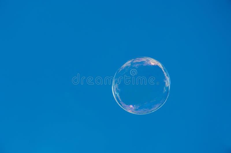 Φυσαλίδα σαπουνιών ενάντια στον ουρανό στοκ φωτογραφία με δικαίωμα ελεύθερης χρήσης